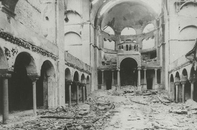 Интерьер берлинской синагоги на Фазаненштрассе после погромов.