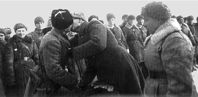 Генерал Власов вручает Катукову орден Ленина. 1941 г.