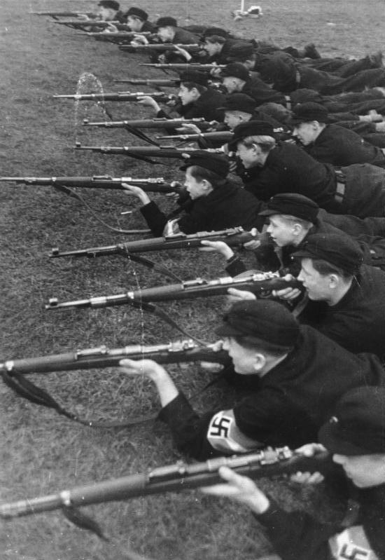 Военная подготовка в Гитлерюгенд.