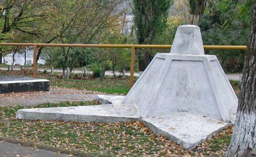 п. Верхнебаканский, Новороссийск. Памятник советским воинам у братских могил.