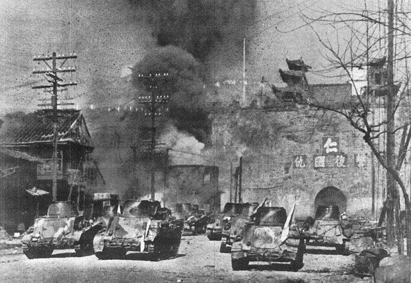 Японские танкетки у ворот Чжунхуа Нанкина.