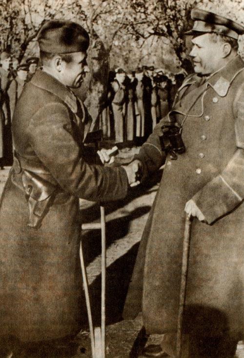 Генерал-лейтенант А. И. Еременко вручает награду одному из защитников Сталинграда.1942 г.