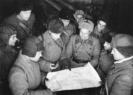 Генерал-майор М.Е. Катуков с офицерами у карты. 1942 г.