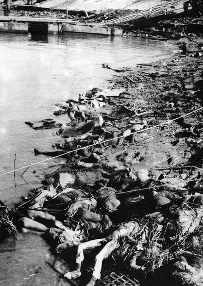 Тела убитых китайцев у реки.