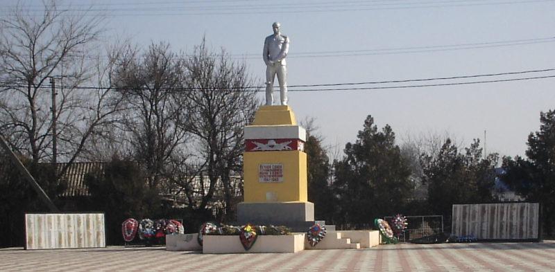 ст-ца Казанская. Мемориал односельчанам, установленный по переулку Ленина 2.