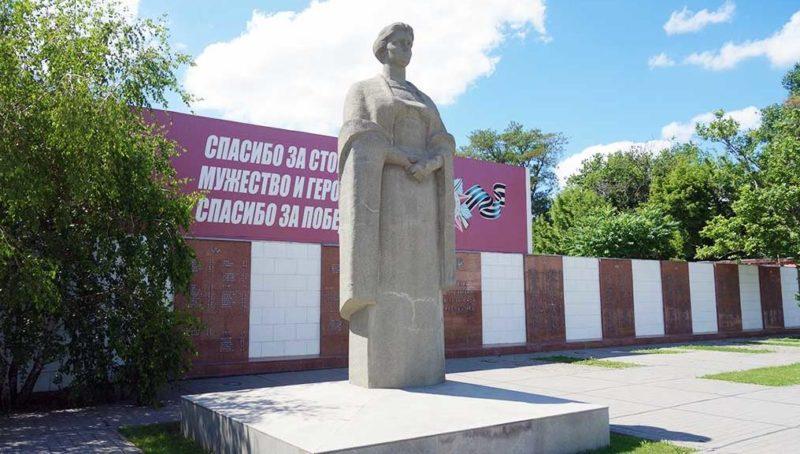 Скульптура «Родина-мать» на мемориале.