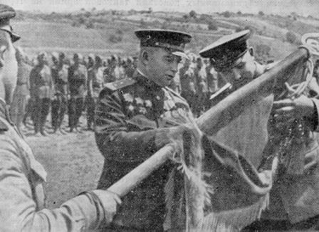 Лелюшенко награждает 6-ю танковую бригаду. 1943 г.