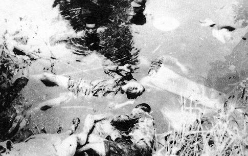 Казненные японскими солдатами китайцы в пруду в окрестностях города.