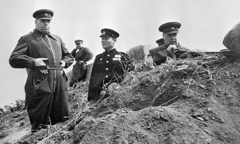 А. М. Василевский и Ф. И. Толбухин на командном пункте 2-й армии под Севастополем. Май 1944 г.