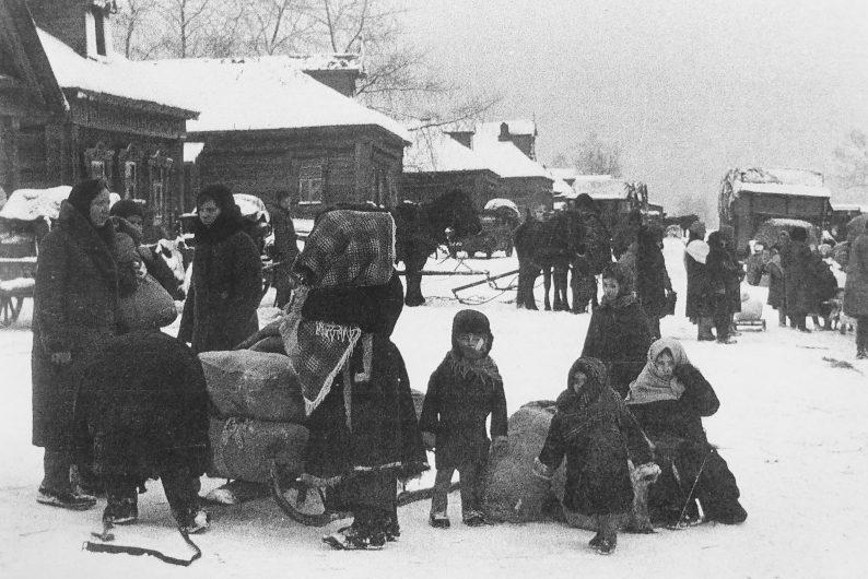 Немцы-жители деревни в Литве готовятся к депортации в Германию. Зима 1940 г.
