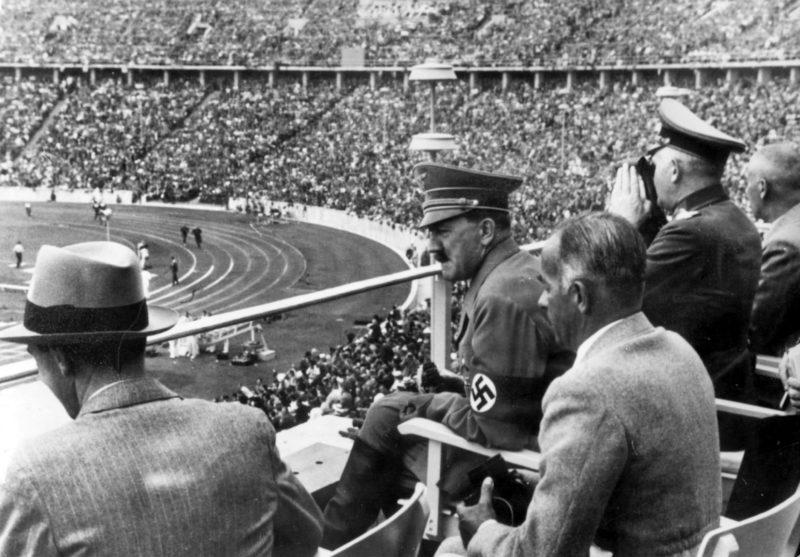 Гитлер на трибуне олимпийского стадиона.