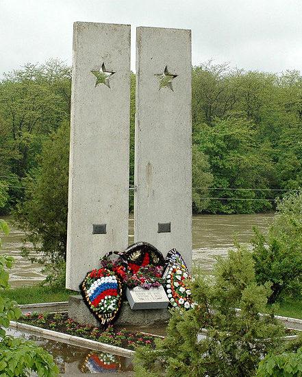 г. Кропоткин Кавказского р-на. Памятник, установленный в 1986 году 640 курсантам и офицерам Урюпинского военно-пехотного училища, погибшим в окрестностях города.