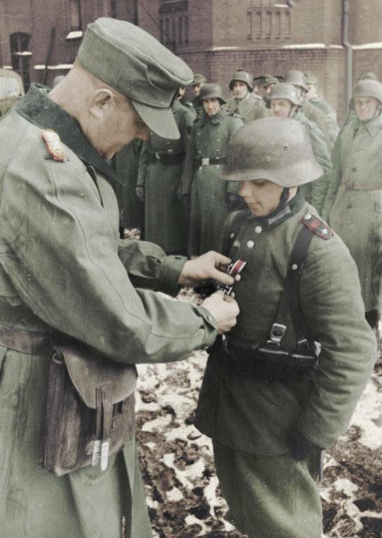 16-летнего Вилли Хюбнера награждают Железным крестом. Март 1945 г.