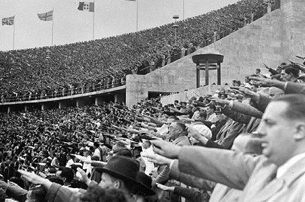 Зрители на трибунах олимпийского стадиона.