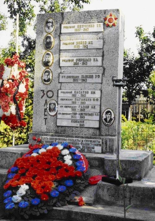 г. Кропоткин Кавказского р-на. Памятник, установленный на братской могиле, в которой похоронено 8 советских воинов, погибших в 1943 году.