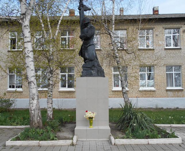 г. Белореченск. Памятник у школы №68 учителям и учащимся, погибшим в годы войны.