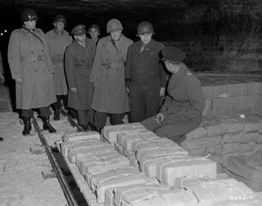 Американцы у захваченного немецкого золота.