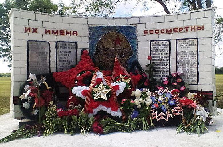 п. Новолабинский Лабинского р-на. Памятник на братской могиле советских воинов.
