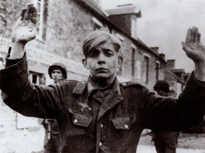 Подростки из Гитлерюгенд, взятые в плен американцами.