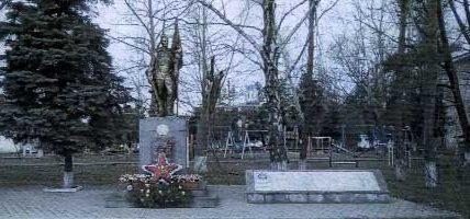 с. Львовское Северского р-на. Памятник по улице Советской 66, установленный на братской могиле, в которой похоронено 26 советских воинов.