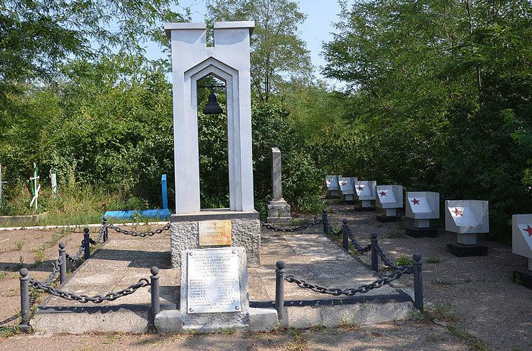 Памятник на братской могиле партизан.