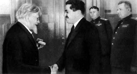 Калинин вручает награды И. Ф. Тевосяну, А. М. Василевскому и Я. Н. Федоренко. 1944 г.