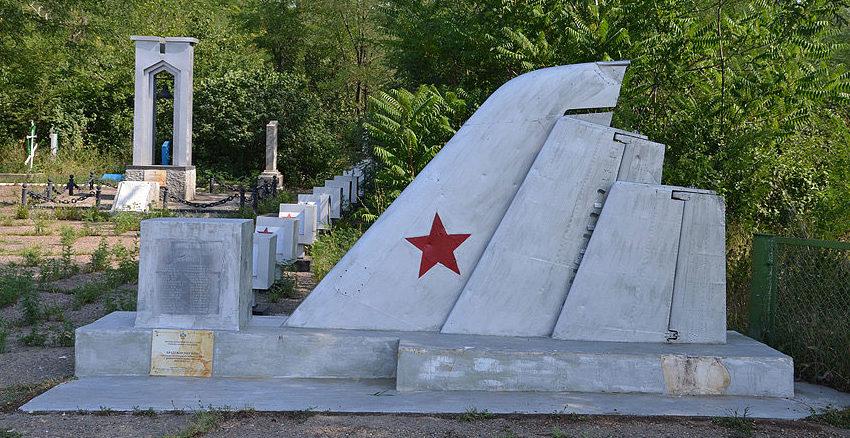 Памятник на могиле погибших летчиков.