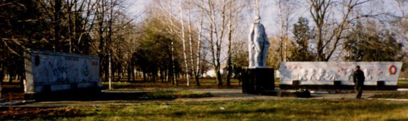 х. Первая Синюха Лабинского р-на. Мемориал землякам, установленный по улице Мира.