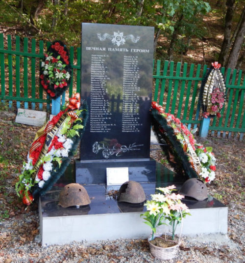 п. Мирный Северского р-на. Братская могила советских воинов, погибших в боях с фашистскими захватчиками.