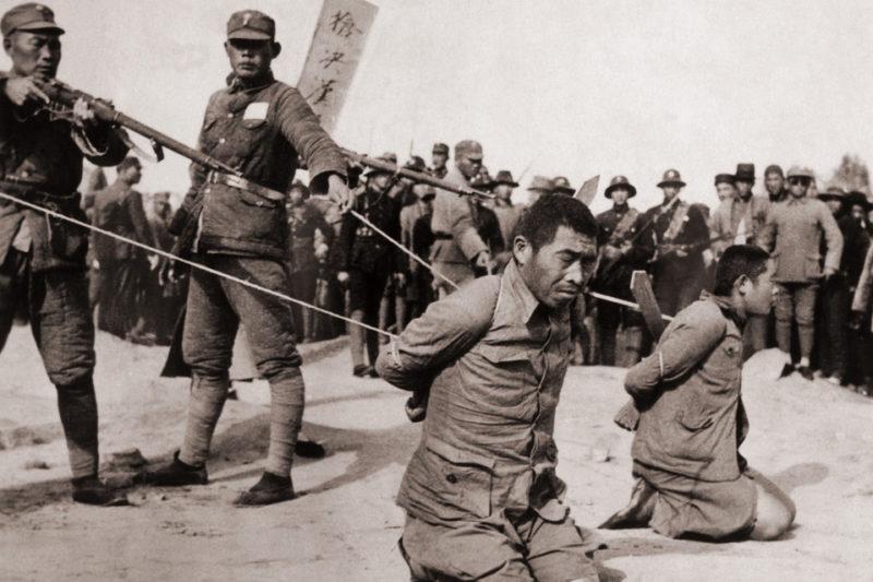 Японские военнослужащие казнят китайцев.
