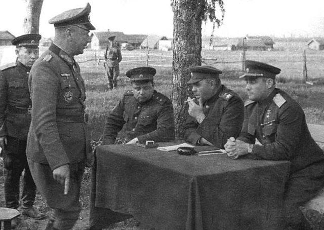 Василевский принимает капитуляцию генерал-майора Альфона Хиттера. Витебск, 28 июня 1944 г.