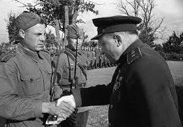 Командующий 3-й ударной армии Калининского фронта генерал-лейтенант Галицкий вручает награду. 1942 г.