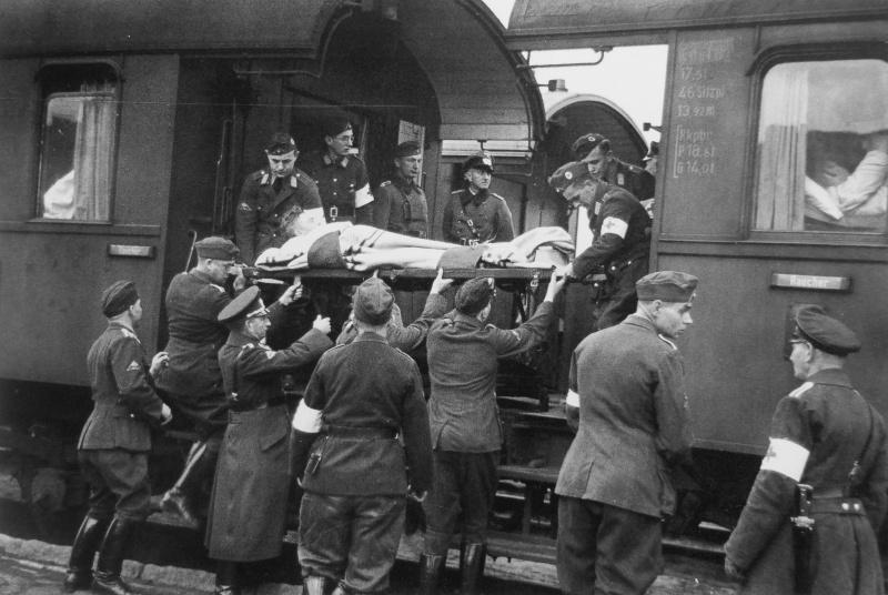 Выгрузка раненых немецких солдат из санитарного поезда в Берлине. Октябрь 1939 г.