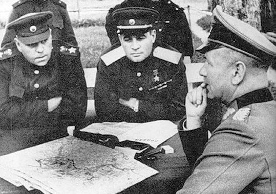 Василевский и генерал армии Черняховский допрашивают пленного немецкого генерала. 1944 г.