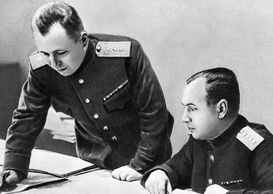 Первый заместитель начальника Генерального штаба А.И. Антонов (справа) и начальник Оперативного управления Генерального штаба С.М. Штеменко. 1944 г.