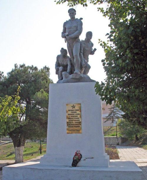 с. Мысхако, Новороссийск. Памятник советским воинам, установленный у клуба.