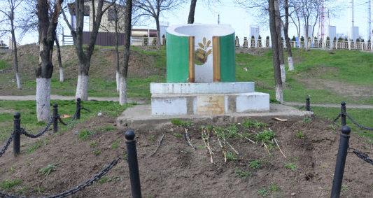 г. Кропоткин Кавказского р-на. Памятник в переулке Казанский 16/1, установленный на братской могиле мирных жителей, казненных оккупантами.