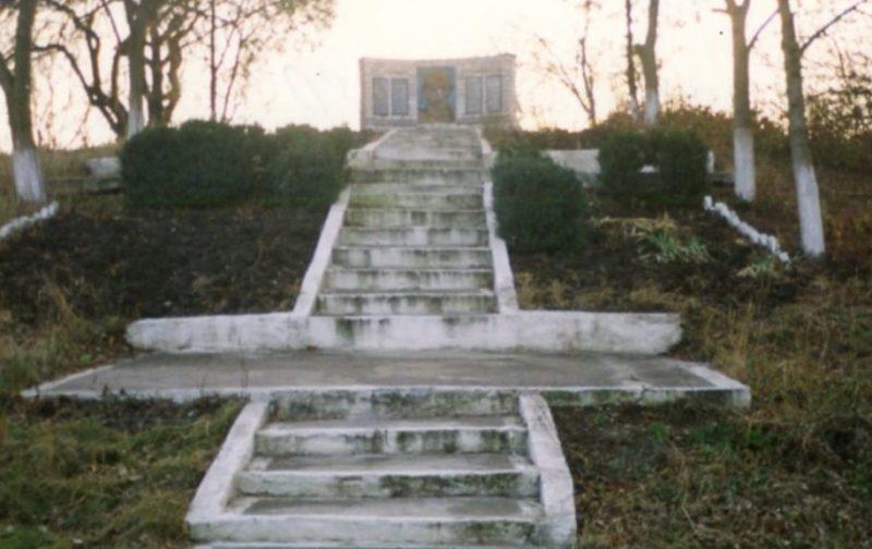 х. Соколихин Лабинского р-на. Памятник, установленный на братской могиле советских воинов.