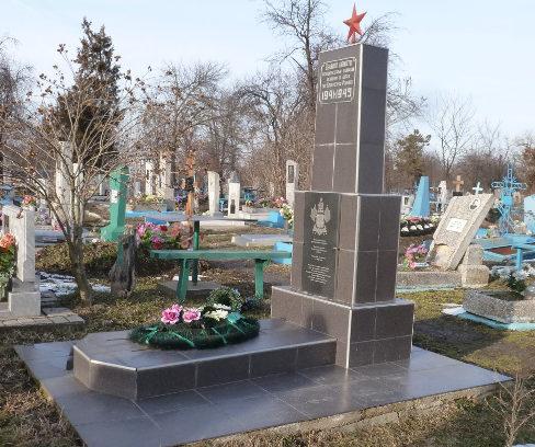 с. Великовечное Белореченского р-на. Памятник на кладбище, установленный на братской могиле, в которой похоронено 28 советских воинов.