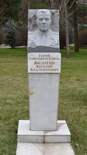 Бюст генерал-майора, Героя Советского Союза В. В. Яксаргина.