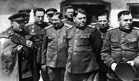 На КП 4-го Украинского фронта. Слева направо: К. Е. Ворошилов, С. С. Бирюзов, Ф. И. Толбухин, К. С. Мельник, А. М. Василевский, М. М. Потапов, Ф. Я. Фалалеев. 1944 г.