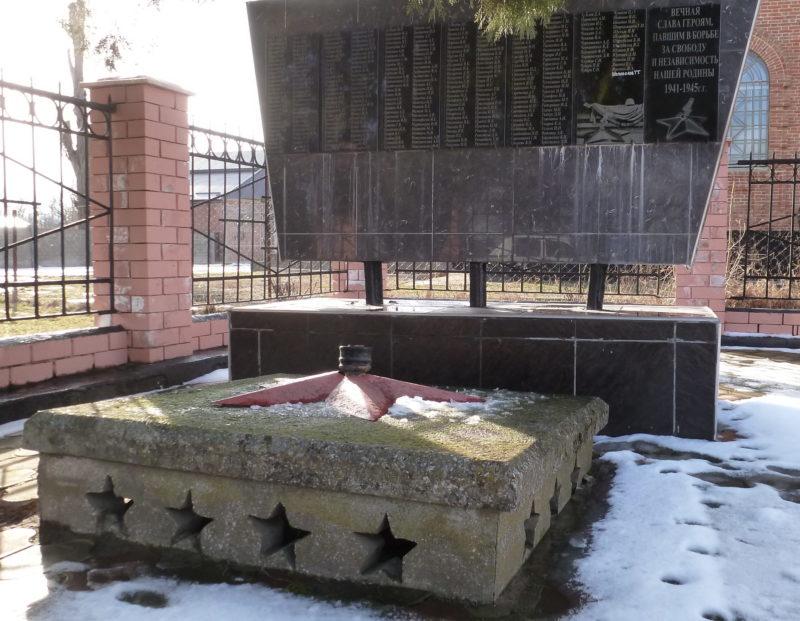 с. Великовечное Белореченского р-на. Памятник по улице Советской 55, установленный на братской могиле советских воинов.