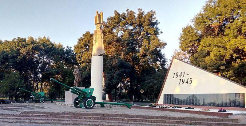 ст-ца. Новодмитриевская Северского р-на. Памятник, установленный на братской могиле, в которой похоронено 1239 советских воинов.