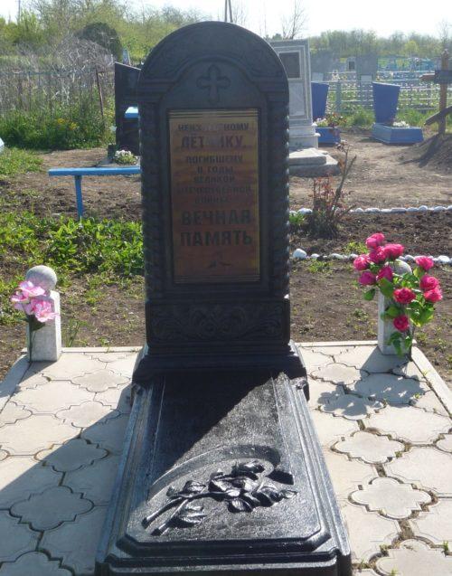 п. Мирской Кавказского р-на. Могила неизвестного советского летчика на кладбище по переулку Центральному.