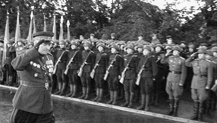 Генерал-полковник Кузьма Галицкий обходит строй солдат на параде в честь штурма и взятия Кёнигсберга. 8 мая 1945 г.