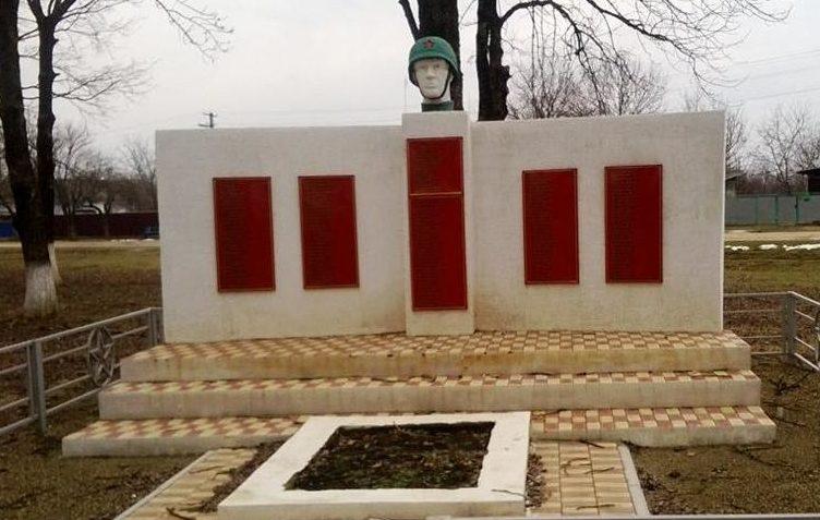 ст-ца. Гурийская Белореченского р-на. Памятник по улице Школьной 56/2, установленный на братской могиле, в которой похоронено 11 советских воинов. Здесь же увековечены имена погибших земляков.