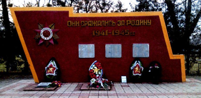 п. Октябрьский Северского р-на. Памятник у здания Дома культуры, установленный на братской могиле, в которой похоронено 6 советских воинов, погибших в годы войны.