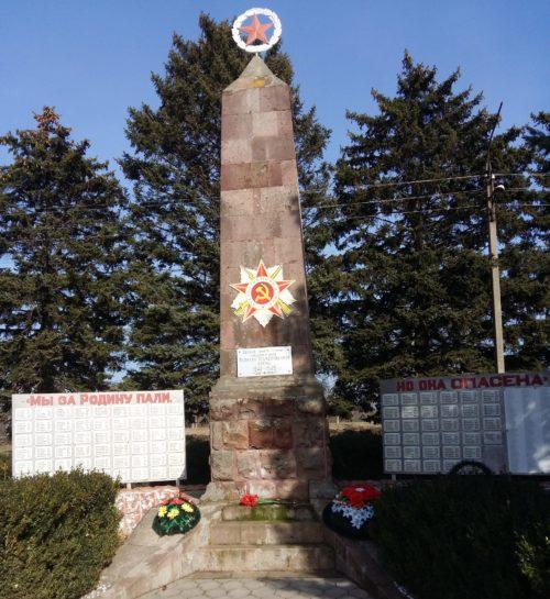 п. Мирской Кавказского р-на. Памятник погибшим землякам, установленный по улице Ленина 85.