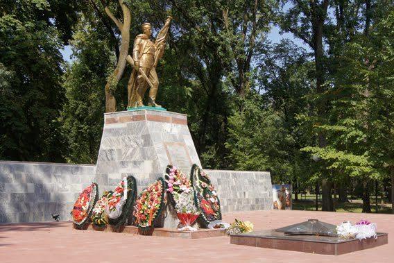 ст-ца. Северская. Памятник по улице Ленина, установленный в 1969 году на братской могиле, в которой похоронено 187 советских воинов.