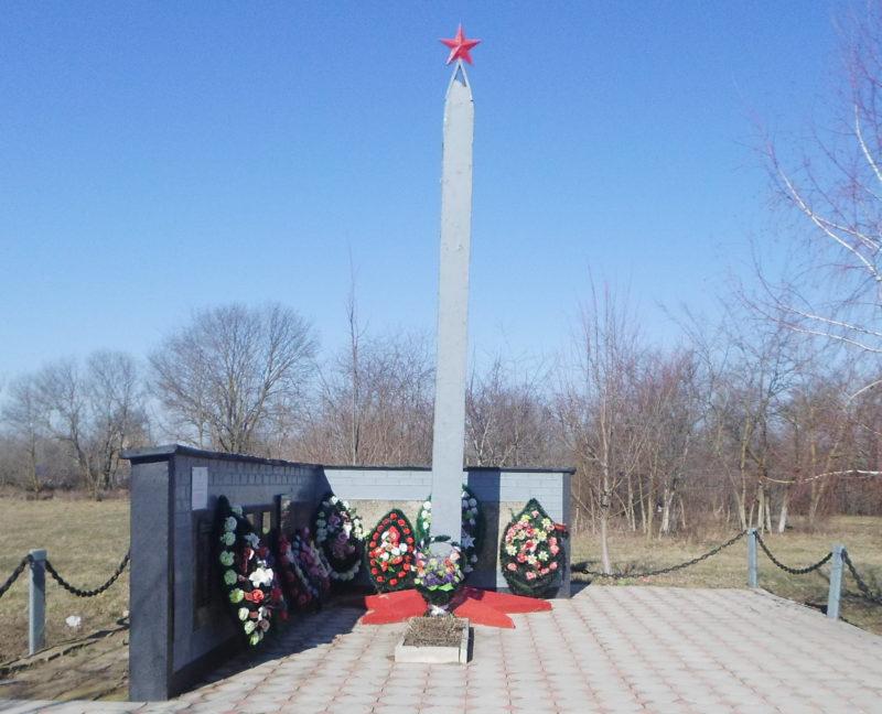 х. Ангелинский Калининского р-на. Памятник по улице Центральной 18, установленный на братской могиле, в которой похоронено 153 советских воина.